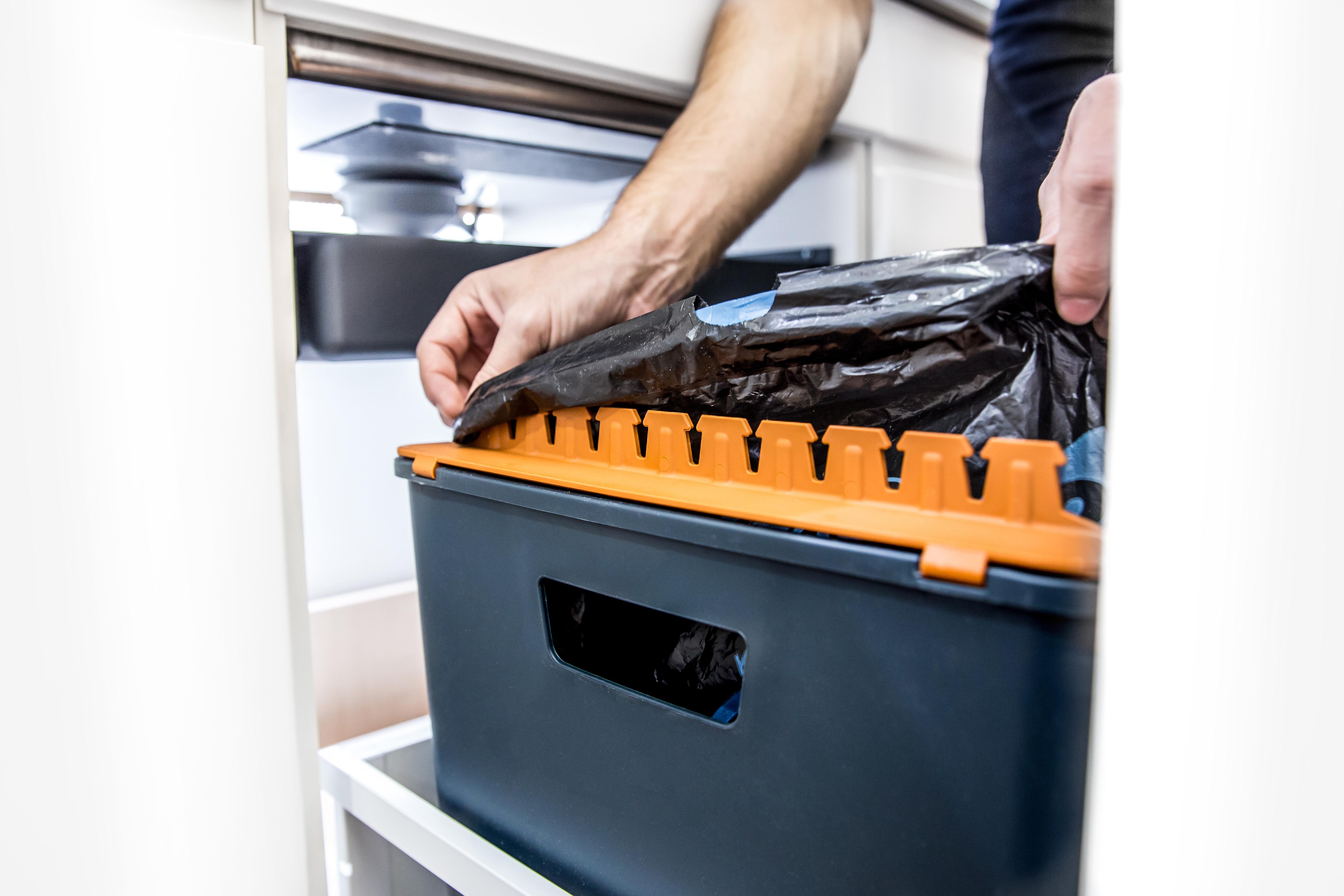 Einfaches Einspannen für clevere Abfallsysteme für die Küche.