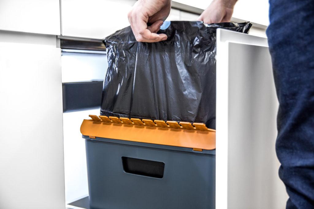 Clevere Abfallsysteme für die Küche dank optimaler Form des BOXX Behälters für randvolle Abfallsäcke.